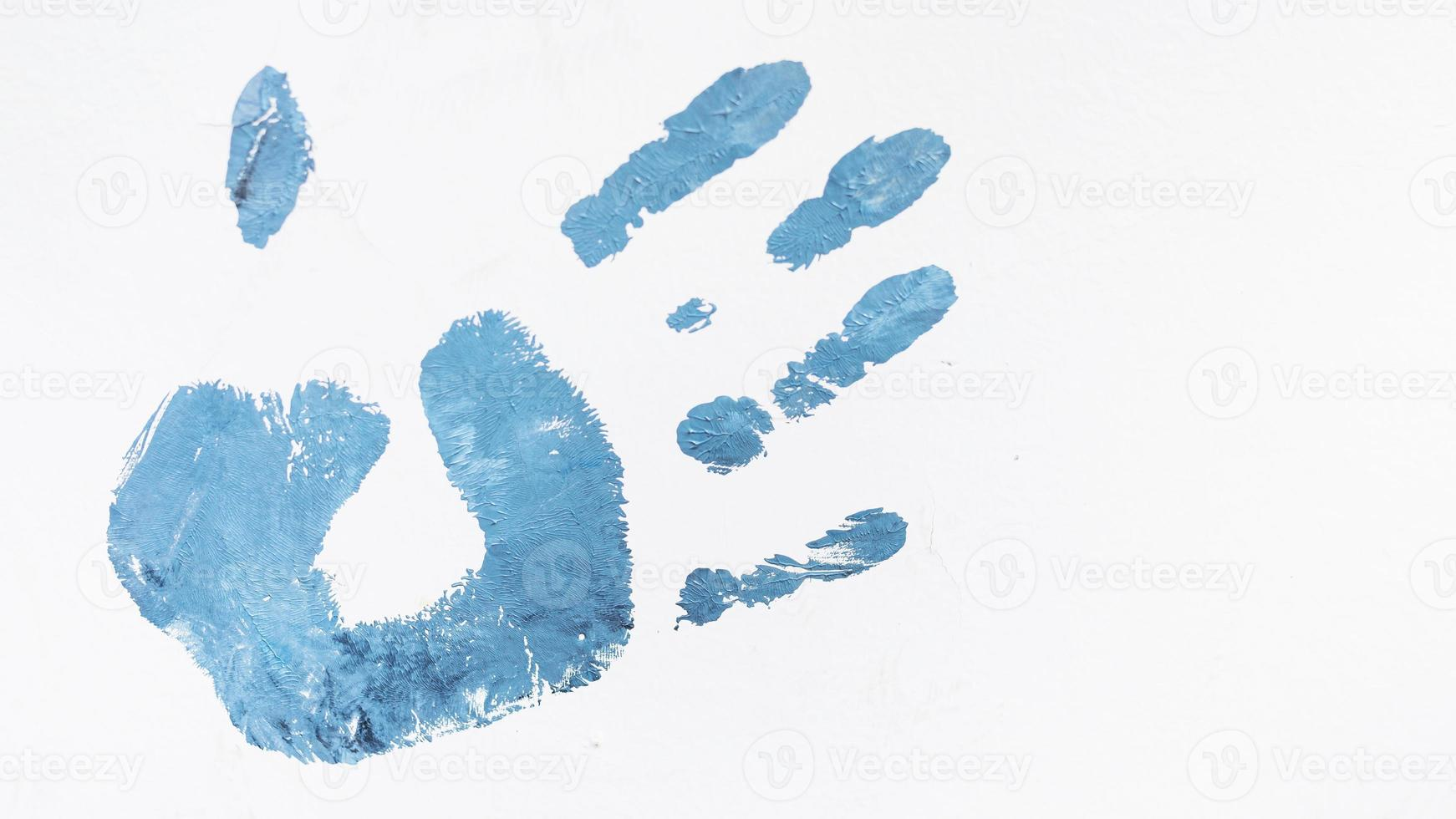 acryl blauwe menselijke palm print geïsoleerd op een witte achtergrond foto