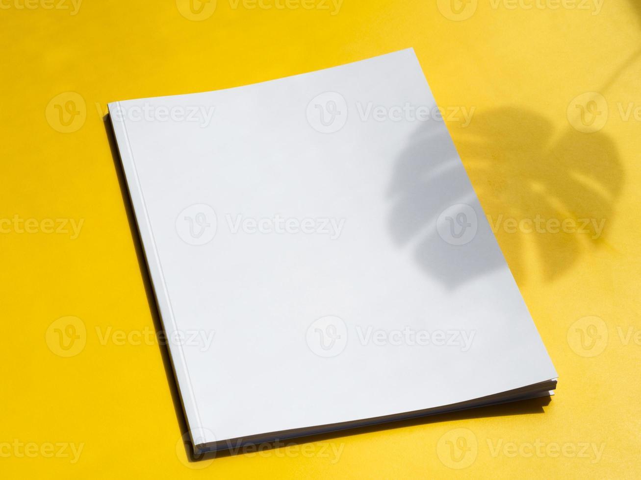 close-up van leeg tijdschrift met gele achtergrond foto