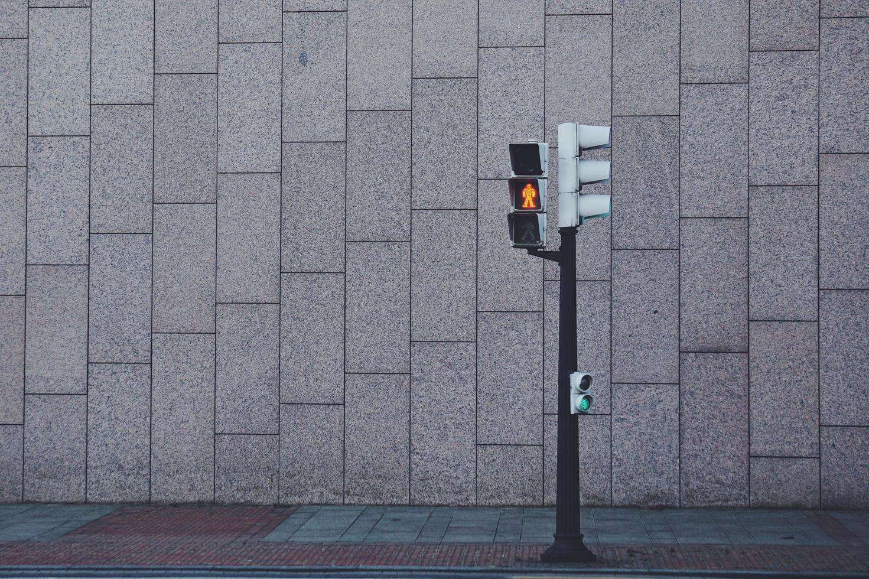 verkeerslicht op straat in bilbao city, spanje foto