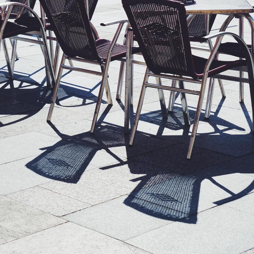 stoelen op straat foto