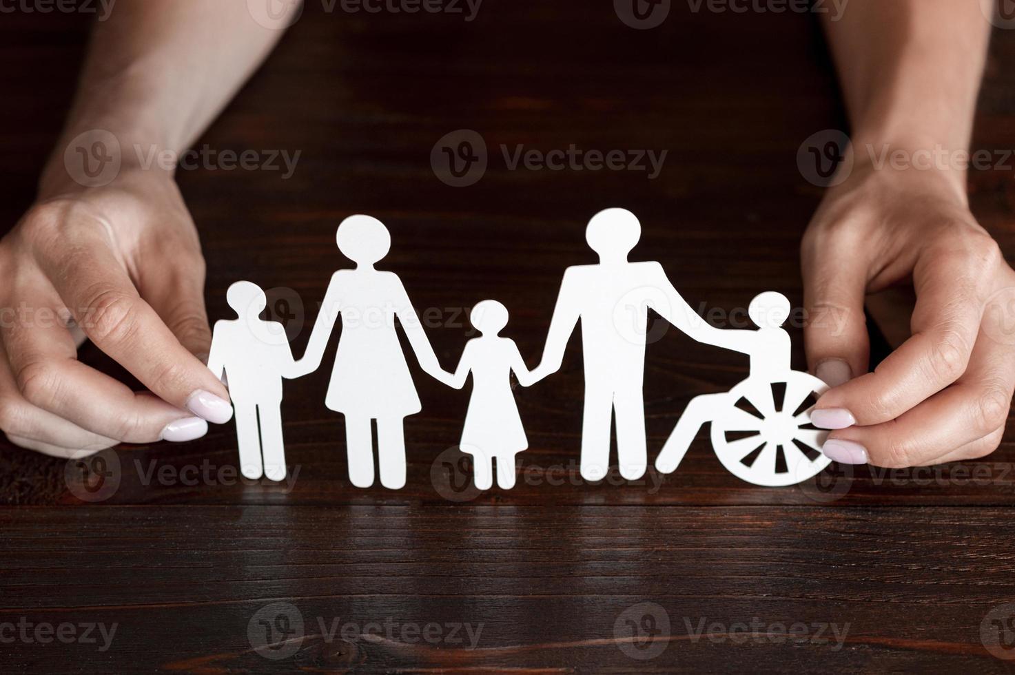 uitgesneden papier van verschillende familieleden die samen zijn foto