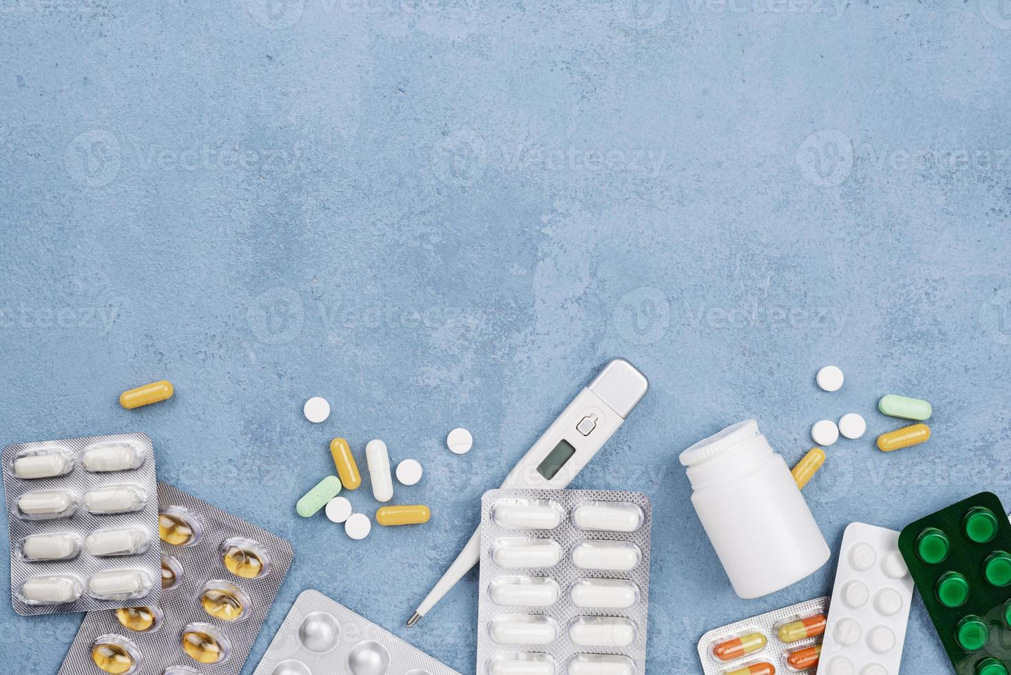 plat leggen medische elementensamenstelling op blauwe achtergrond foto