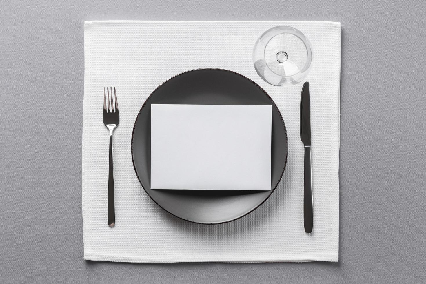 minimalistische tafelsetting foto