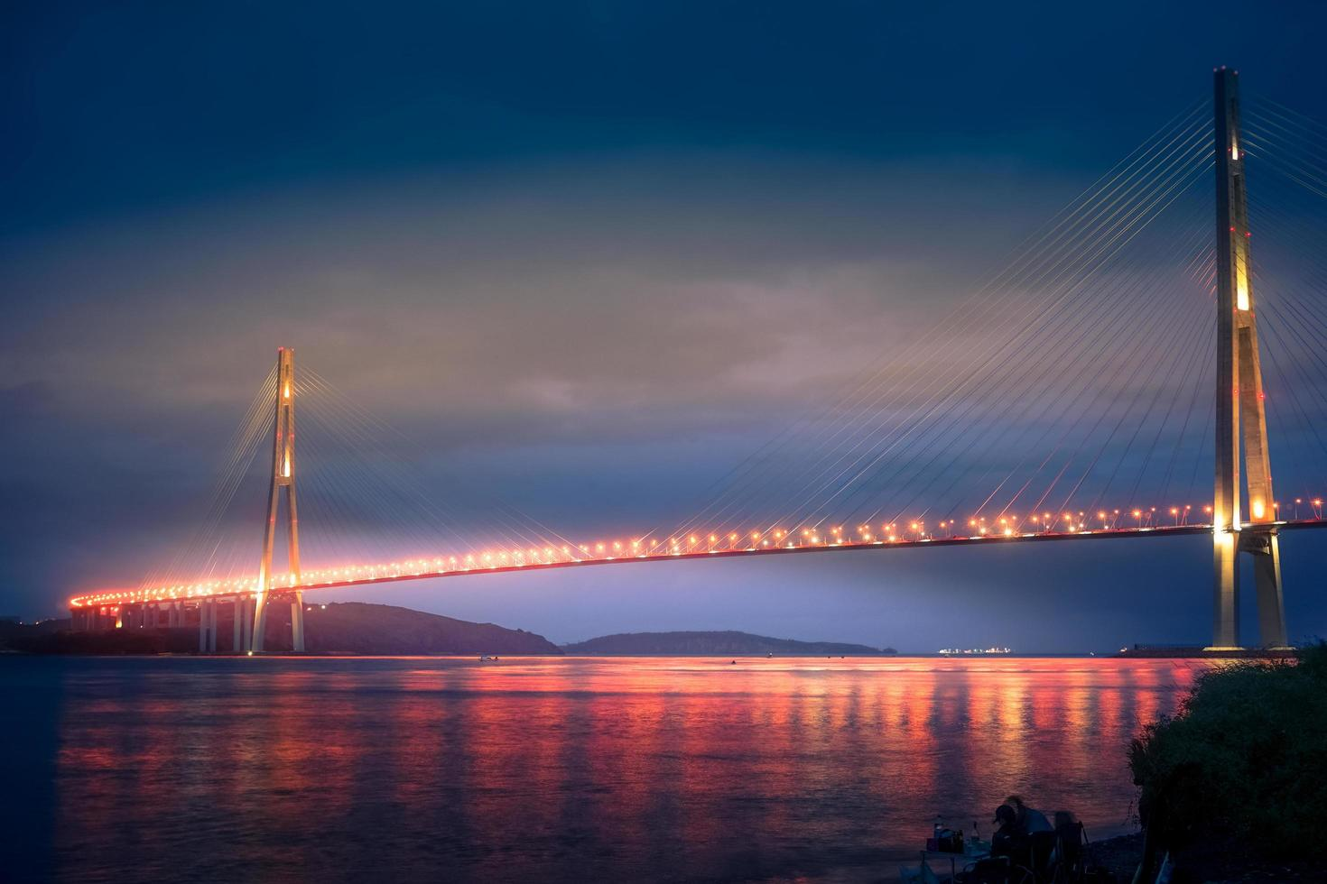 russky brug 's nachts in vladivostok, rusland foto