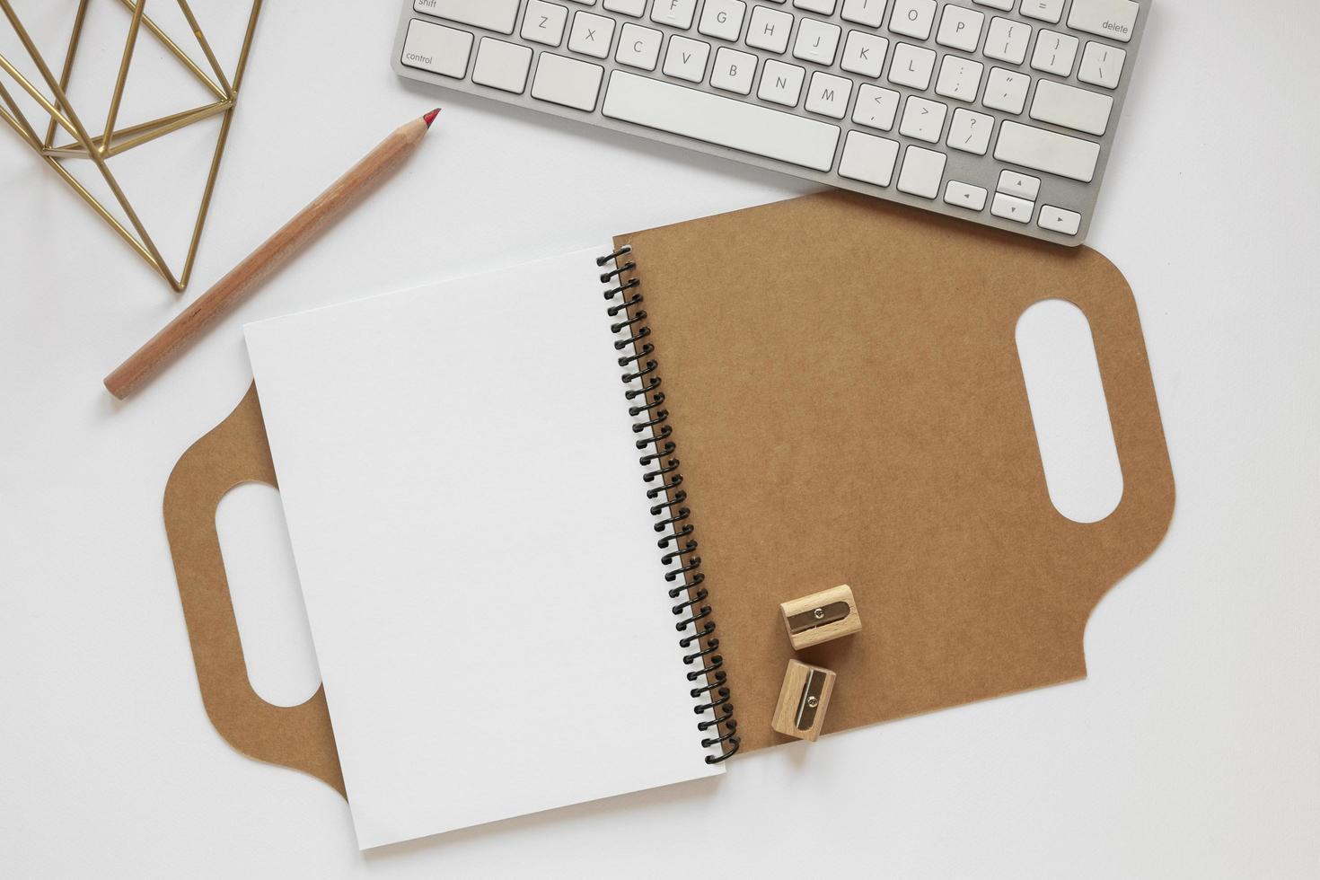 samenstelling van gerecycled materiaal dagboek op bureau foto