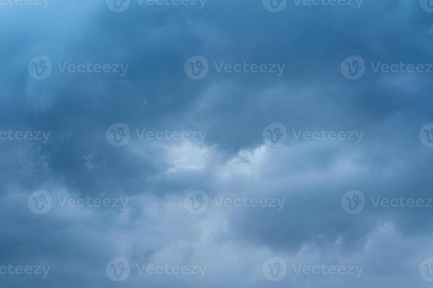 mooie cloudscape van donkergrijze onweerswolken foto