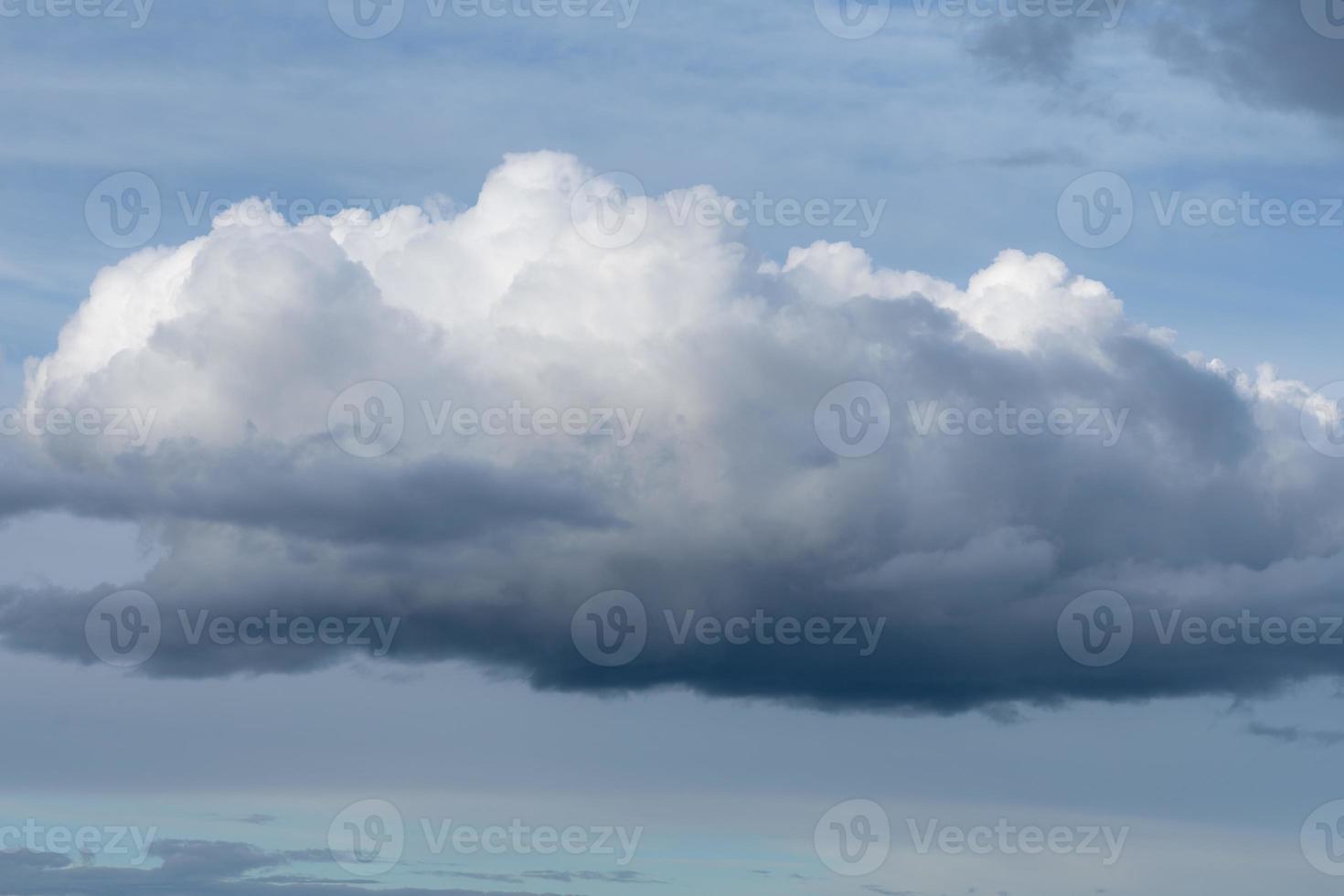 grote witte en grijze pluizige wolk in de lucht foto