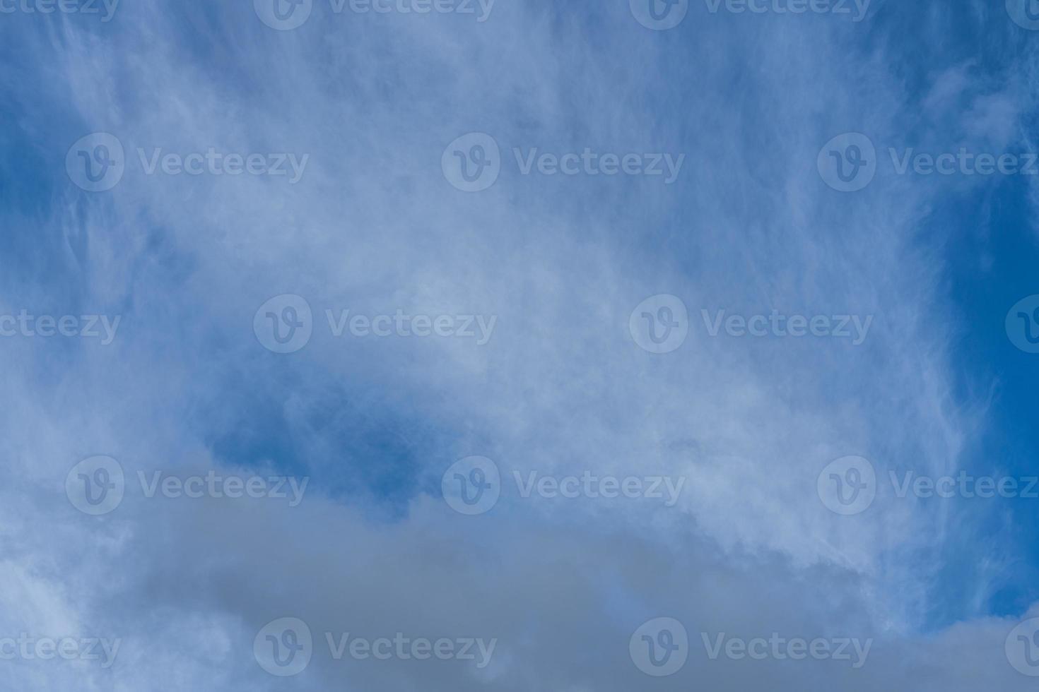 dunne laag witte cirruswolken op een blauwe hemel foto