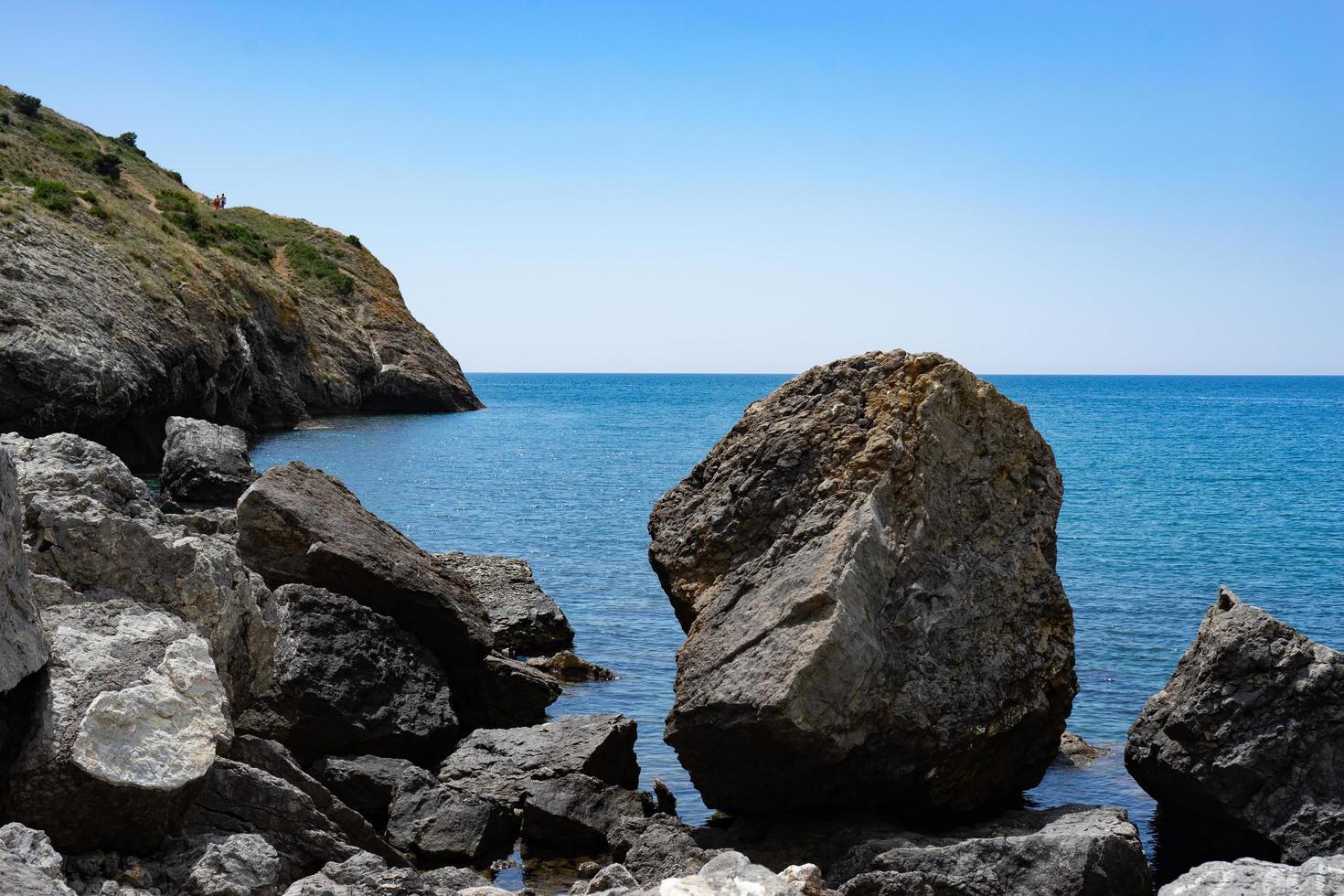 zeegezicht met rotsen op de achtergrond van water. foto