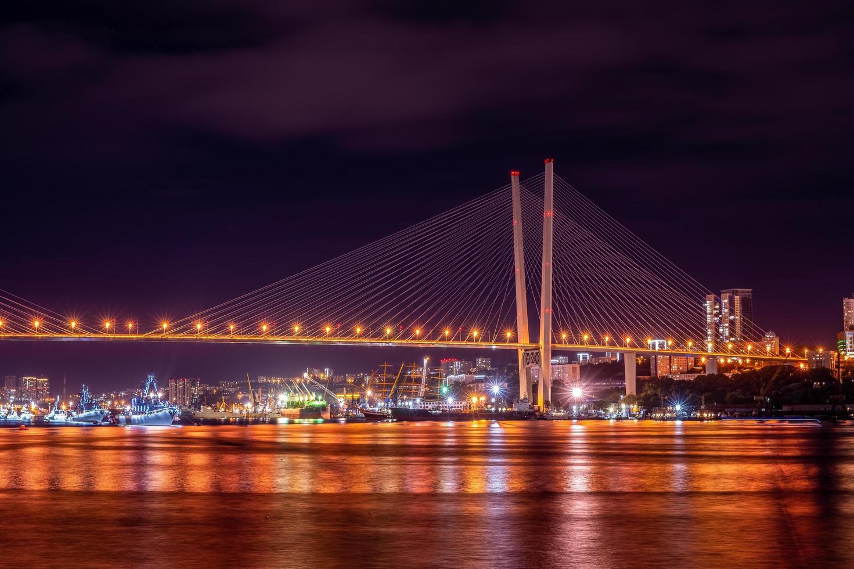 nachtlandschap met uitzicht op de gouden brug foto