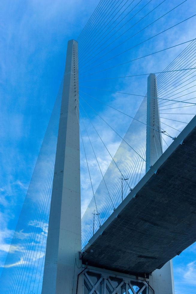 constructie van de gouden brug tegen de blauwe lucht. foto