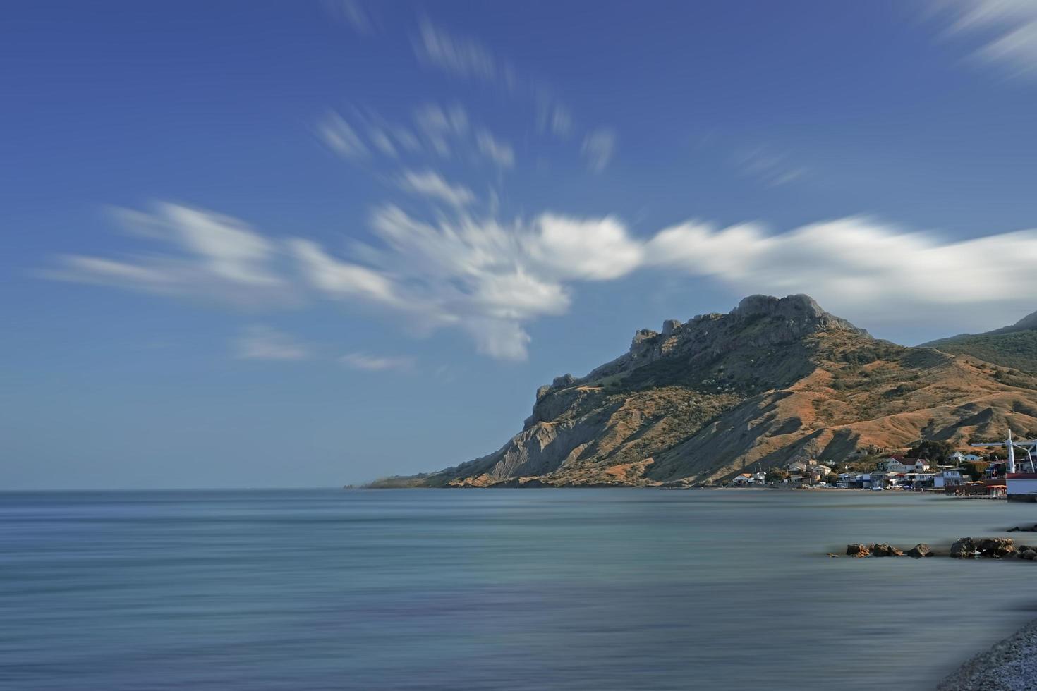 zeegezicht met uitzicht op de bergen. koktebel, de Krim foto