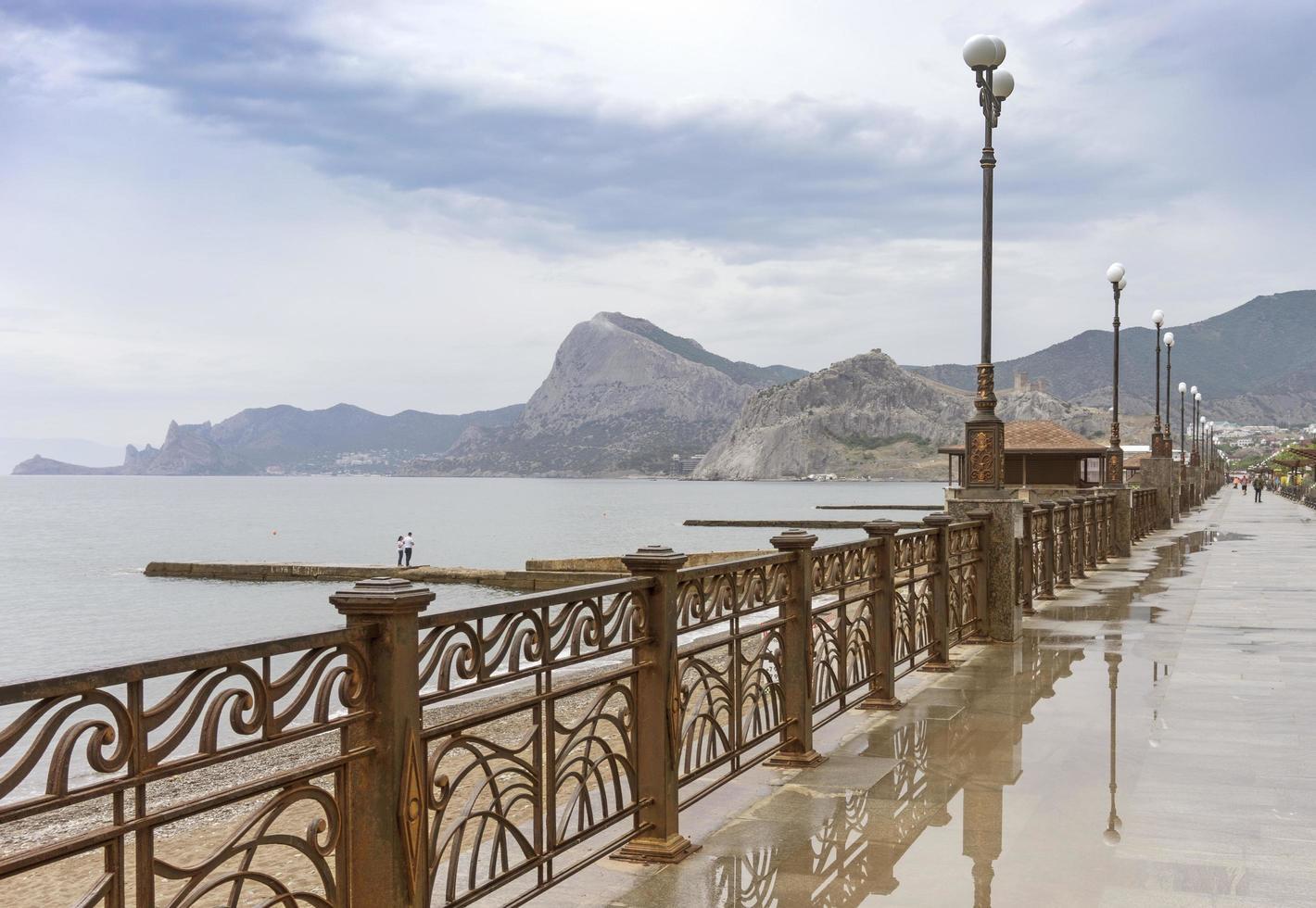 zeegezicht van de promenade van sudak na de regen. foto