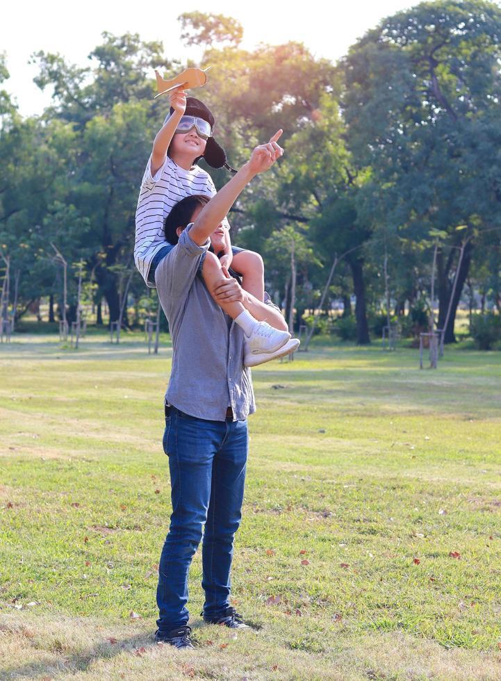 schattige vader en zoon gelukkig in het park foto