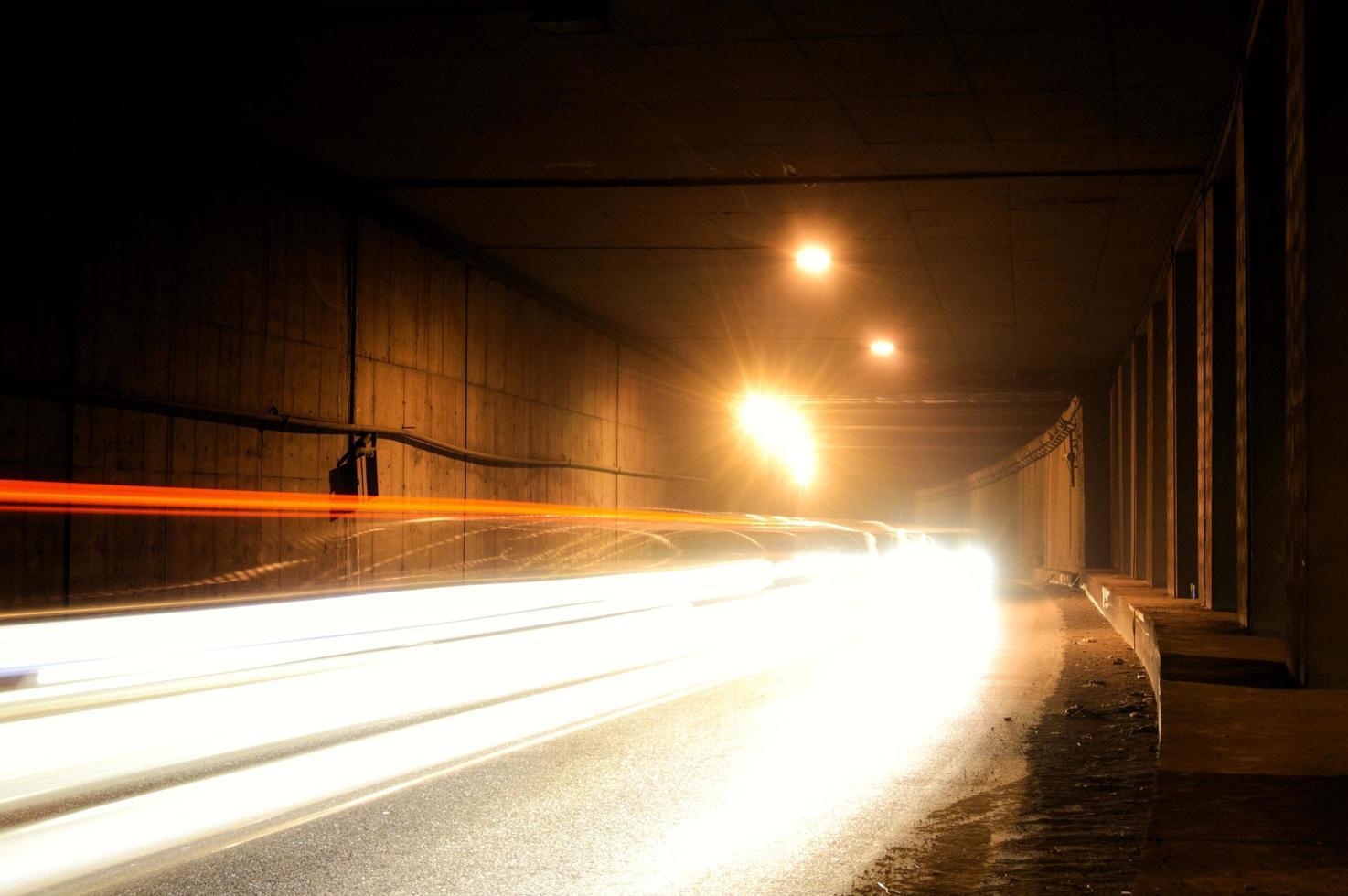 een donkere tunnel met lichte sporen foto