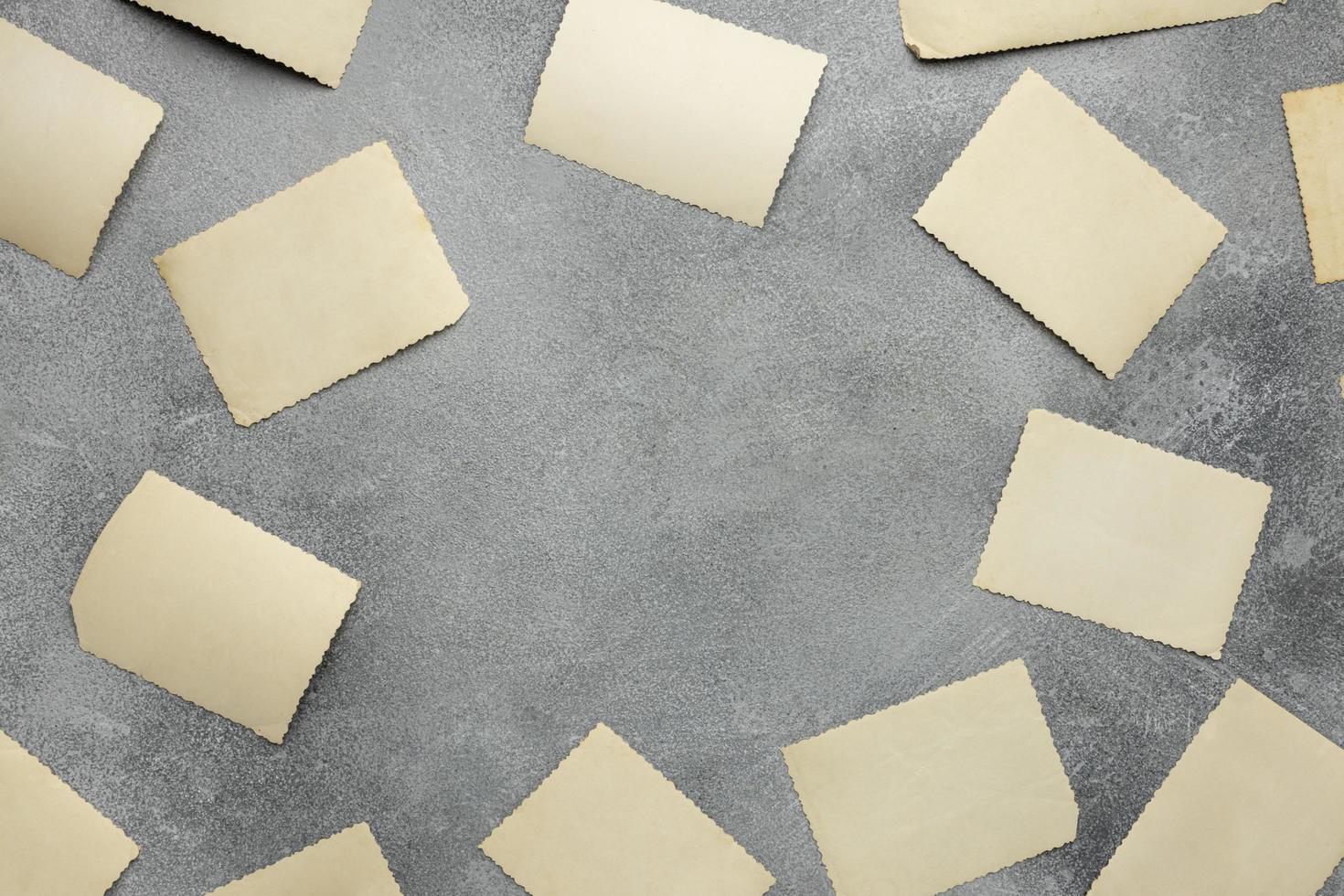 bovenaanzicht arrangement van blanco papierstroken foto