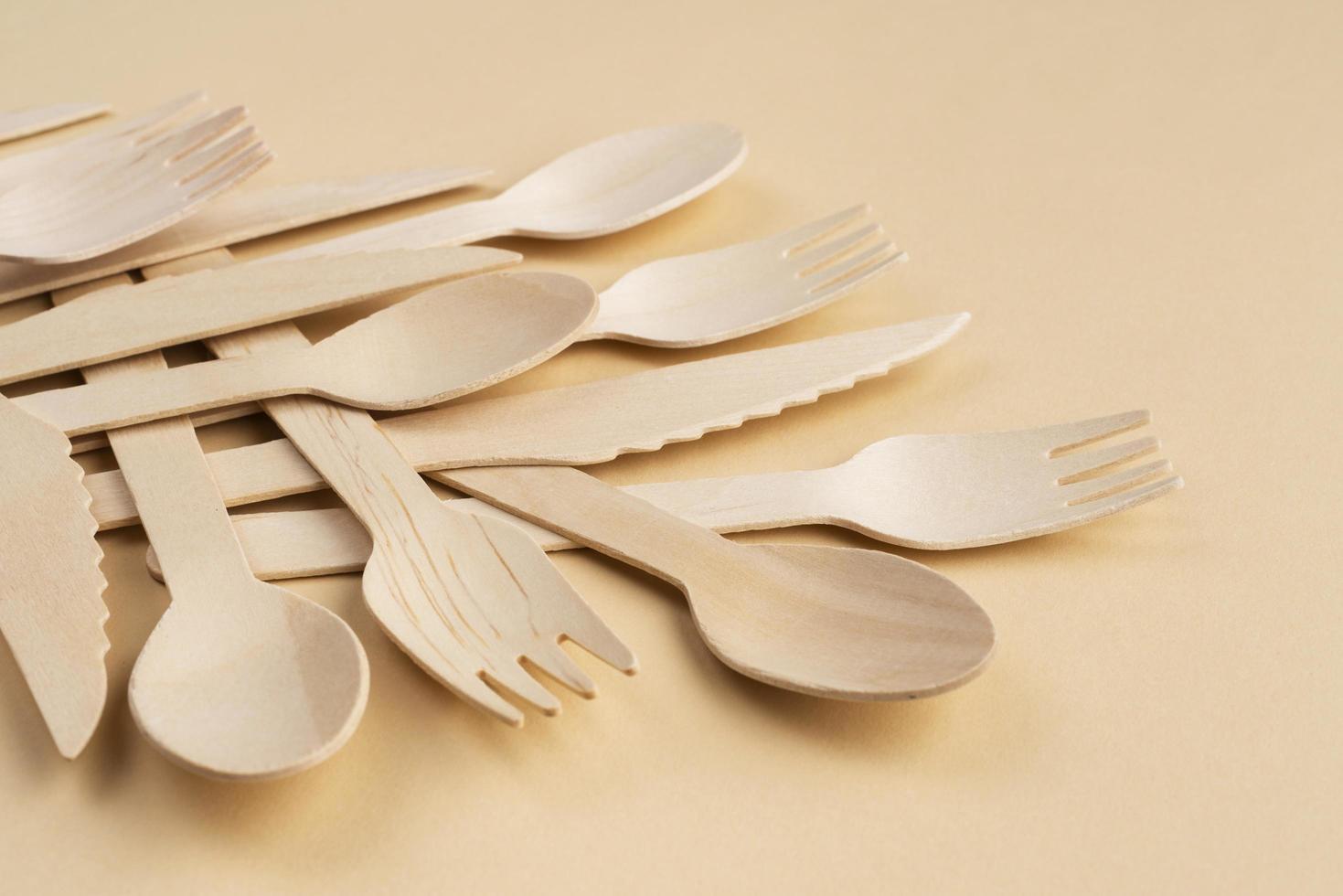 bamboe gebruiksvoorwerpen op tan achtergrond foto