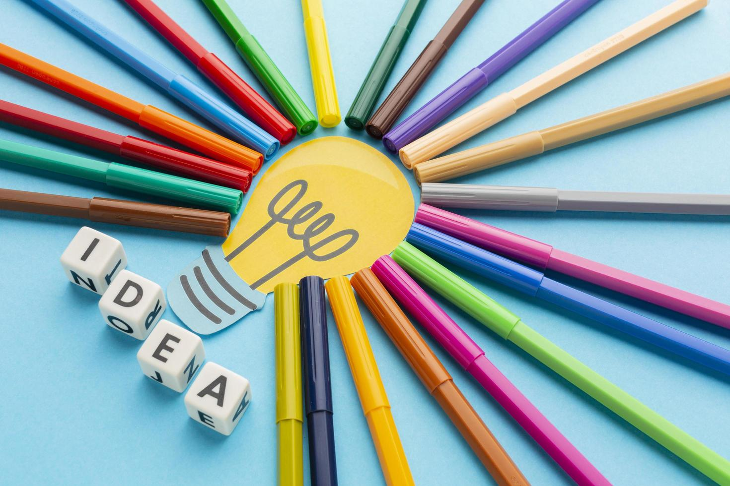 idee concept met gekleurde pennen foto
