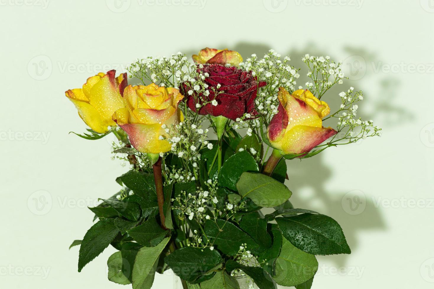 boeket van gele en rode rozen bedekt met vocht foto
