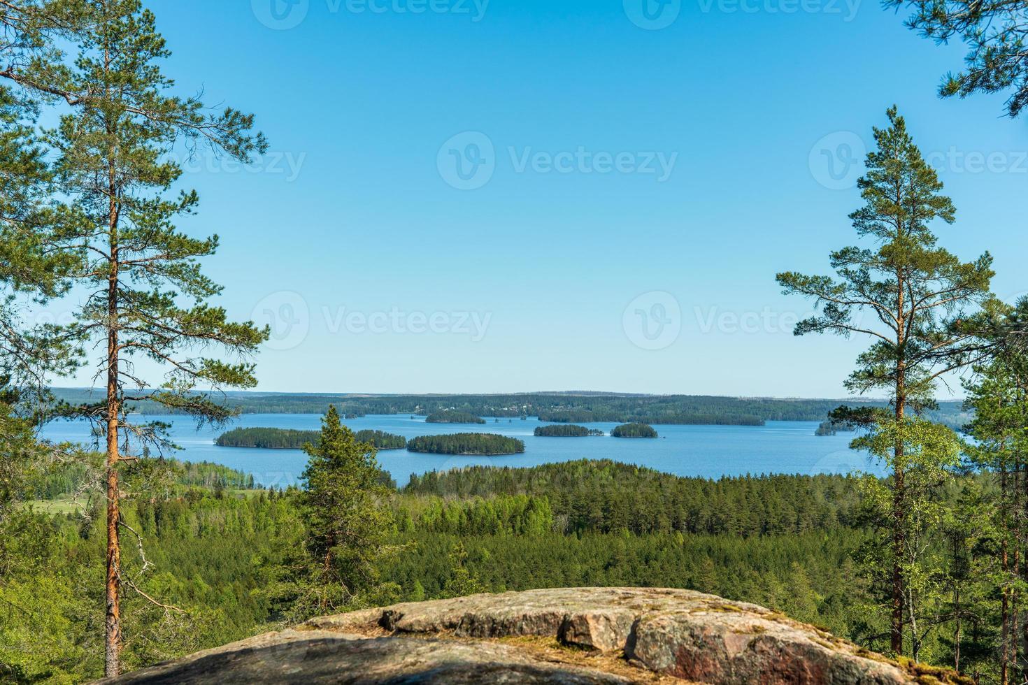 prachtig landschapszicht vanaf een berg steek een meer in Zweden over foto