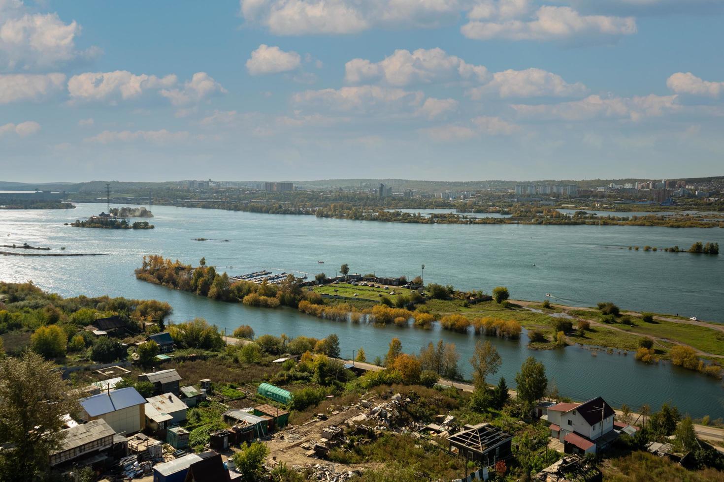 luchtfoto van de rivier de angara. Irkutsk, Rusland foto