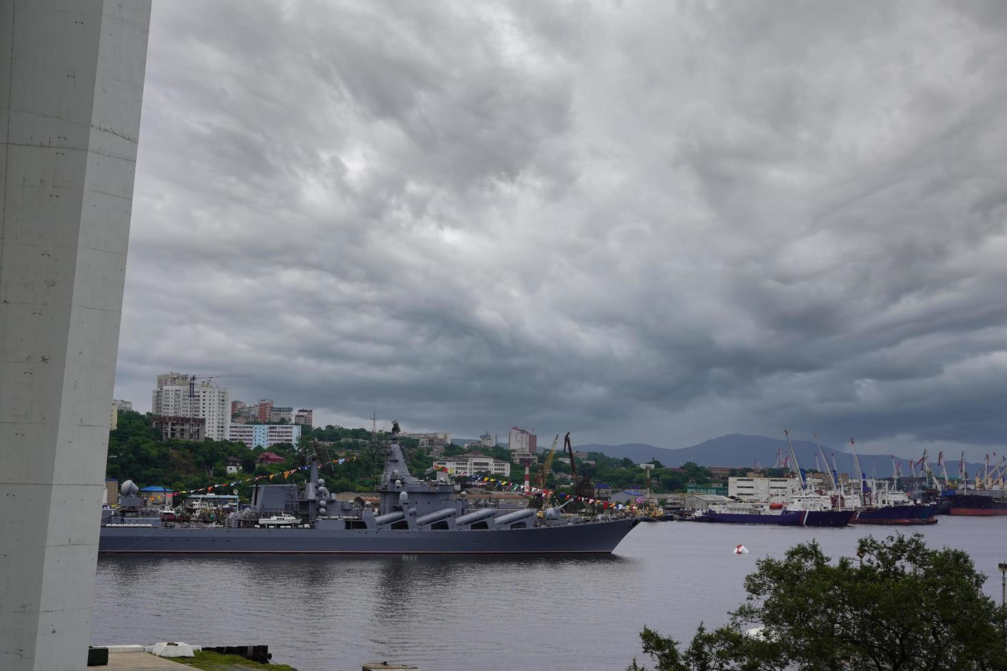 stadslandschap met uitzicht op een oorlogsschip foto