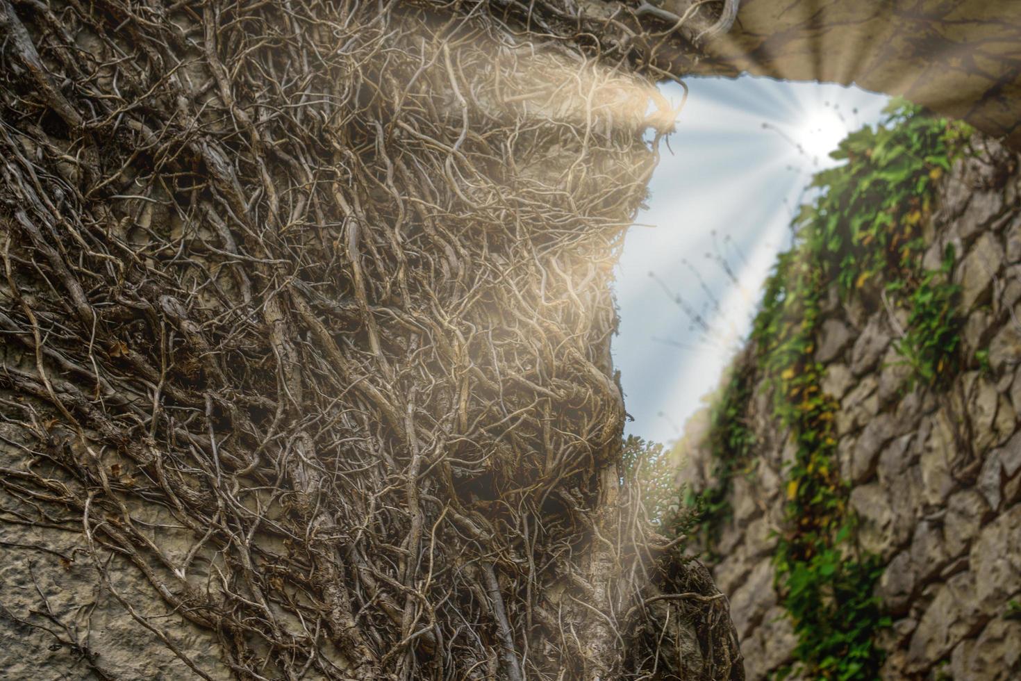 natuurlijke achtergrond met uitzicht op een gat in de rots met zonnestralen foto