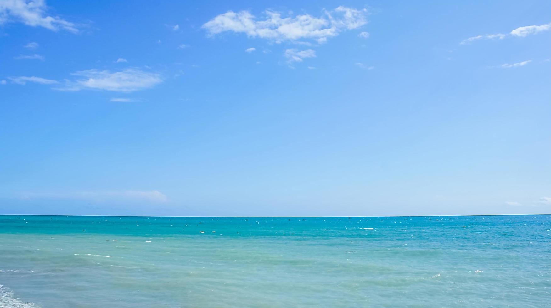 prachtig zeegezicht met blauwe zee en lucht foto