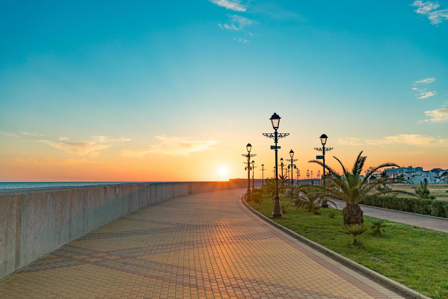 stadsgezicht met uitzicht op de zonsondergang over de waterkant. sochi, rusland. foto