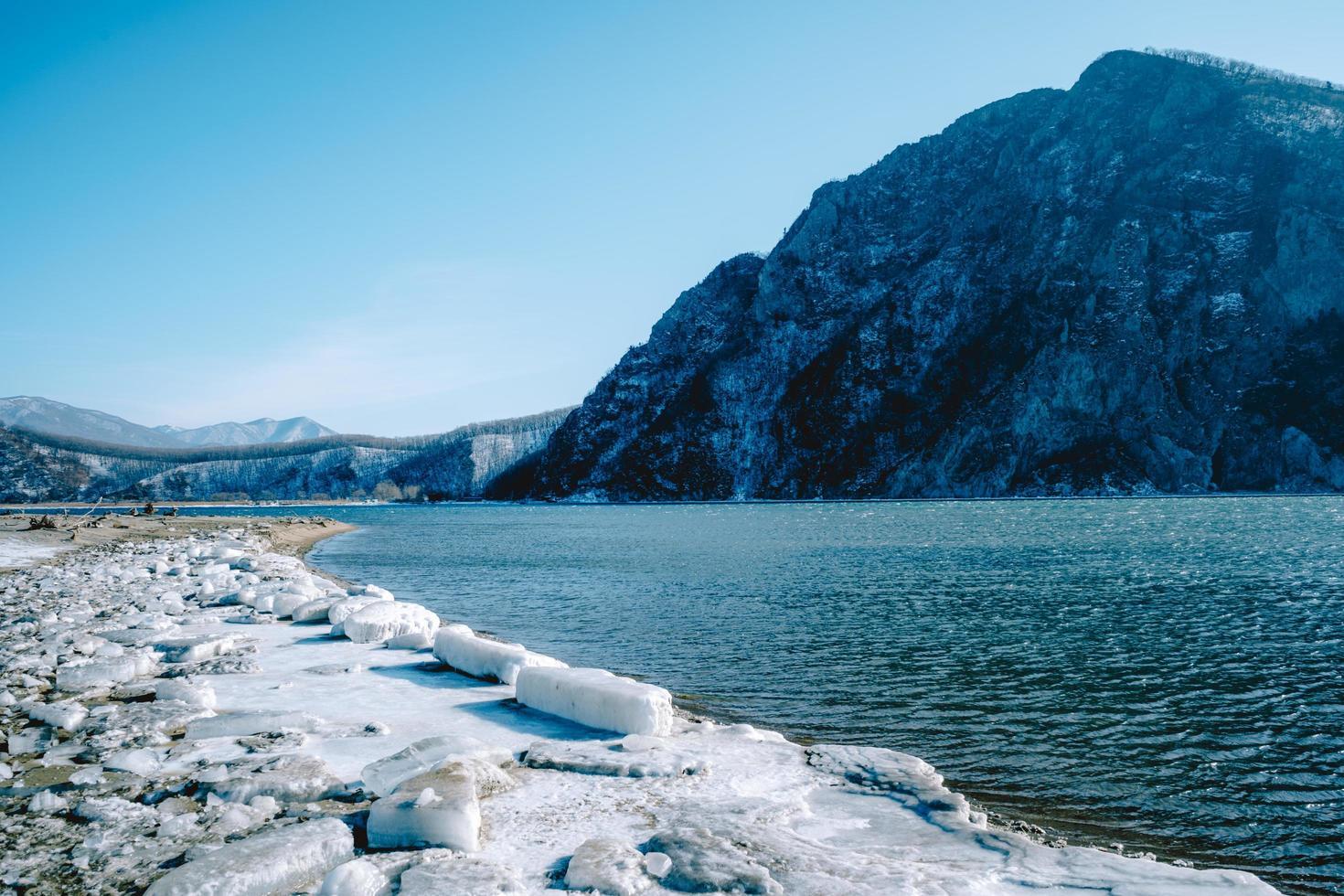 zeegezicht met uitzicht op de zusterheuvel. nakhodka, Rusland foto