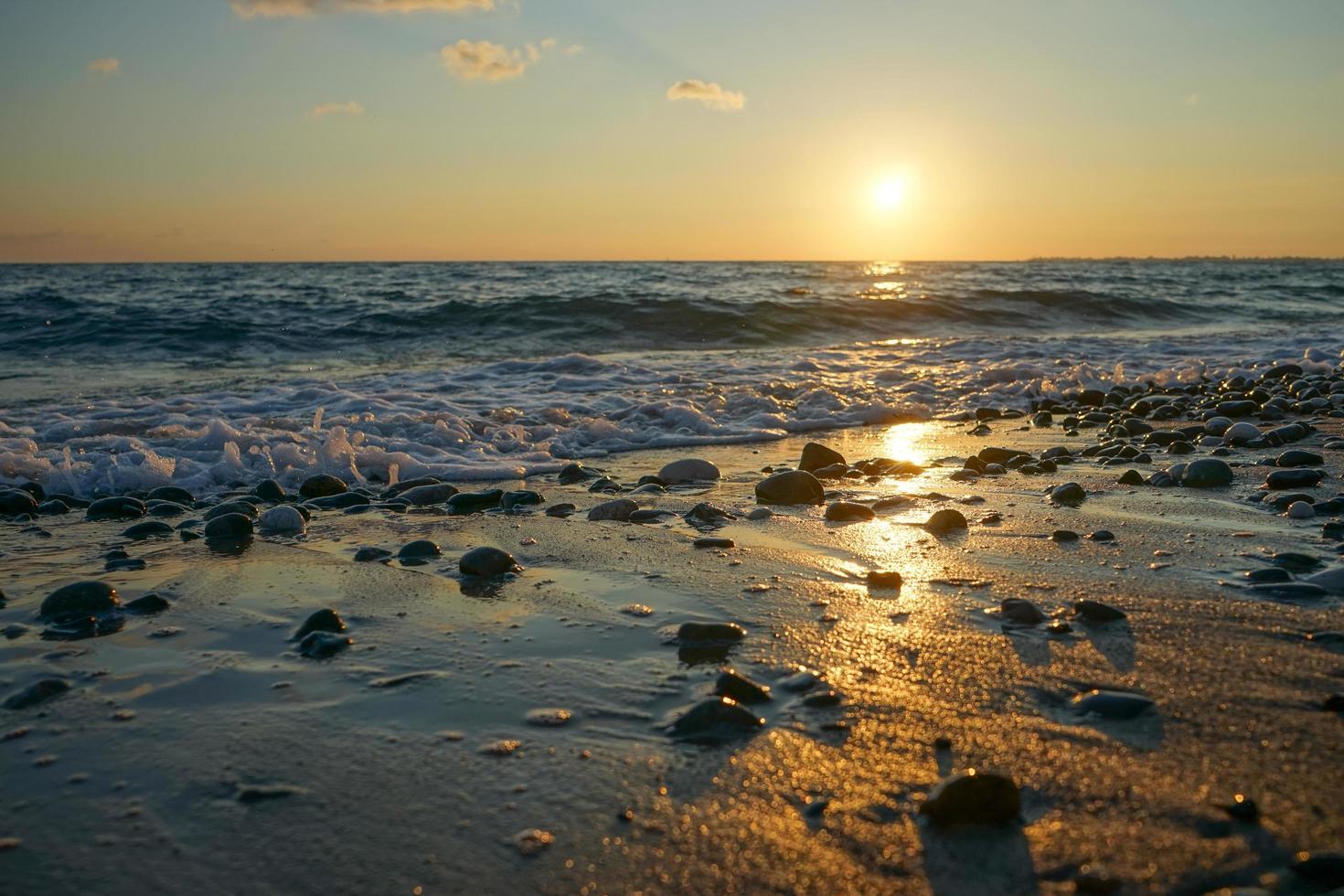 zeegezicht met een prachtige zonsondergang foto