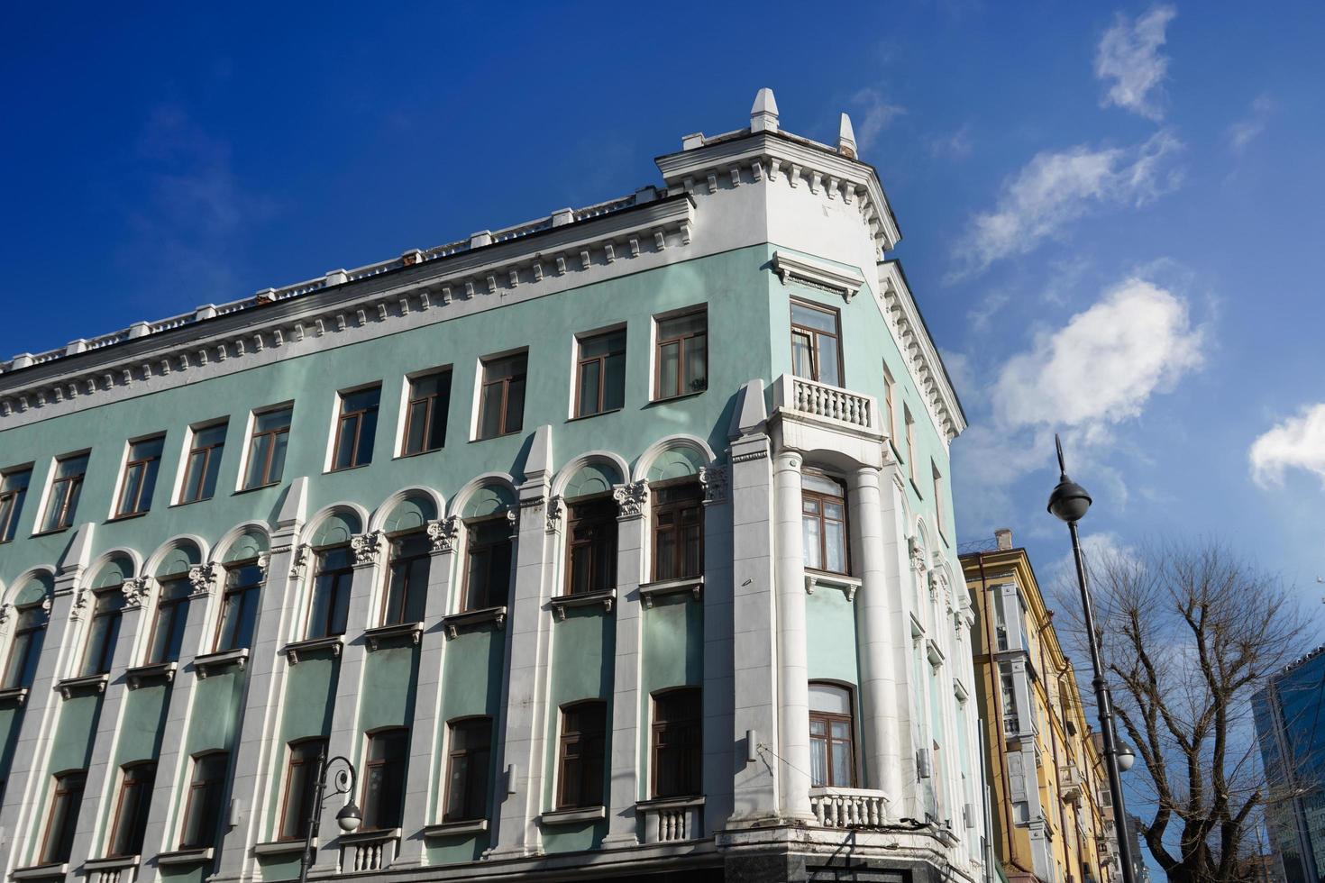 stadslandschap met uitzicht op een oud gebouw. vladivostok foto