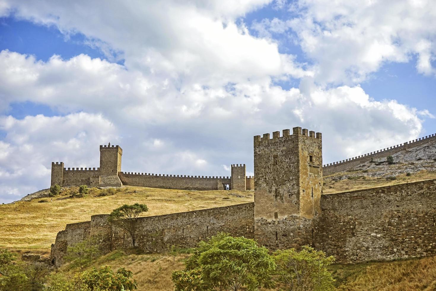 landschap met uitzicht op het genuese fort tegen de hemel. foto