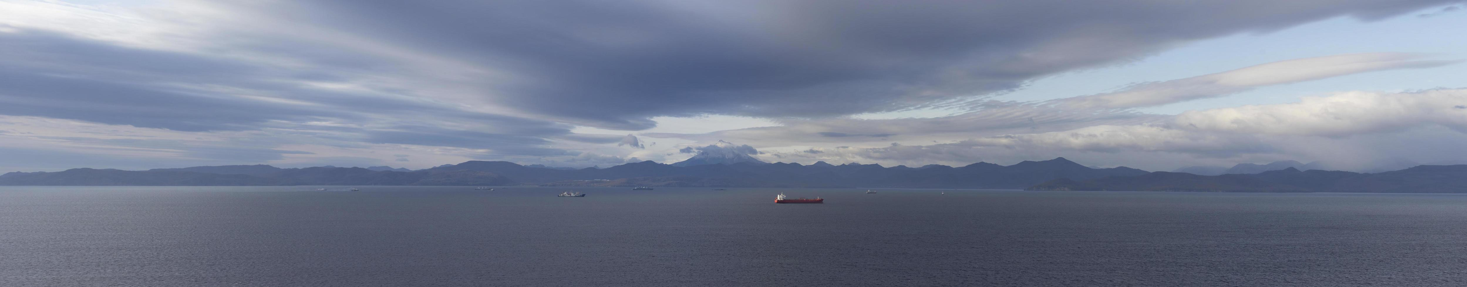 panorama van de baai van Avacha met uitzicht op de vulkaan Viluchinsky. foto