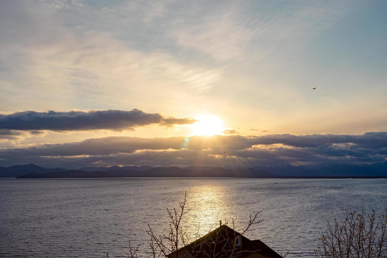 zonsondergang over de baai van avacha. petropavlovsk-kamchatsky foto