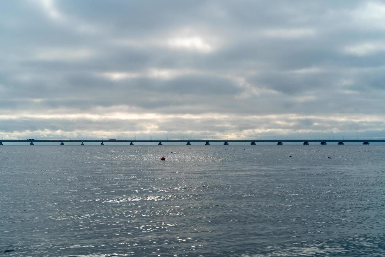 zeegezicht met uitzicht op de brug van sedan de vries. foto