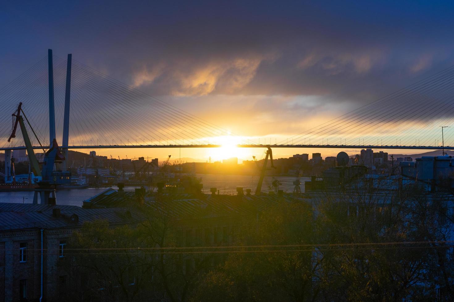 de skyline van de stad in het zonsonderganglicht. foto