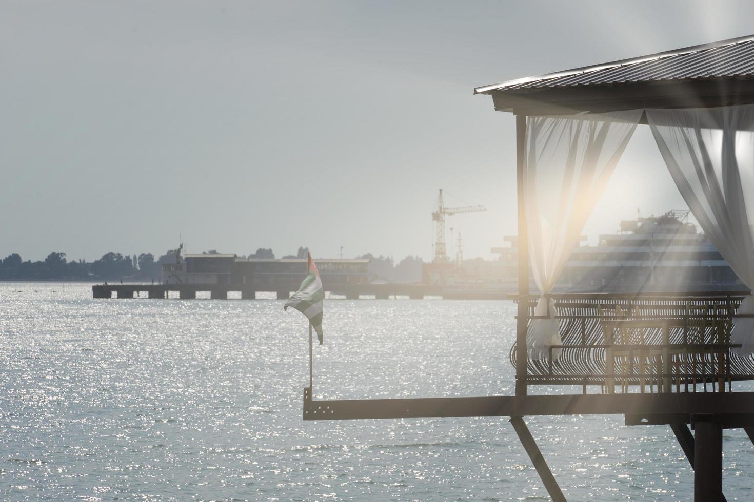 restaurant aan het water boven de zee op de achtergrond van de oude zeehaven van Sukhumi foto