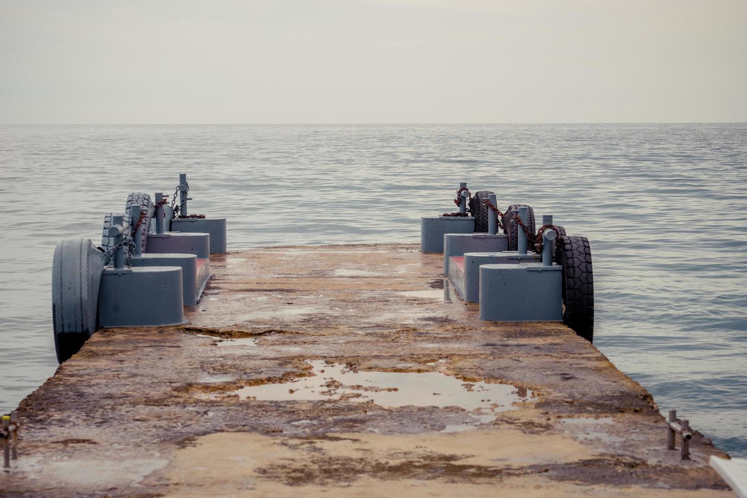 zeegezicht met een pier op de achtergrond van het water foto