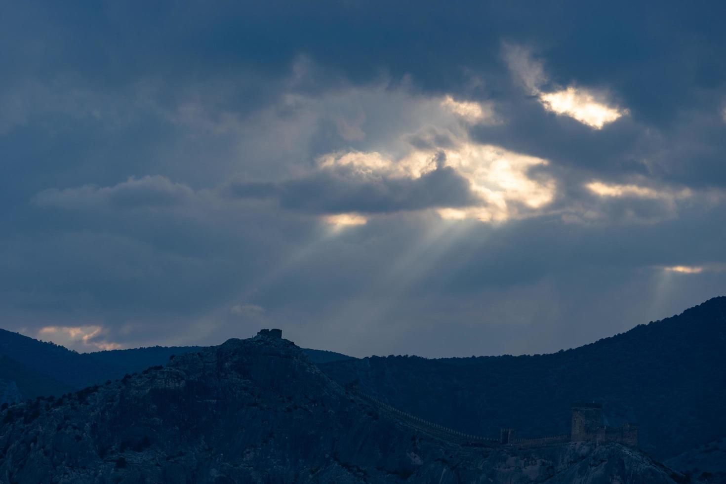 dramatische lucht boven de bergen. sudak, de Krim foto