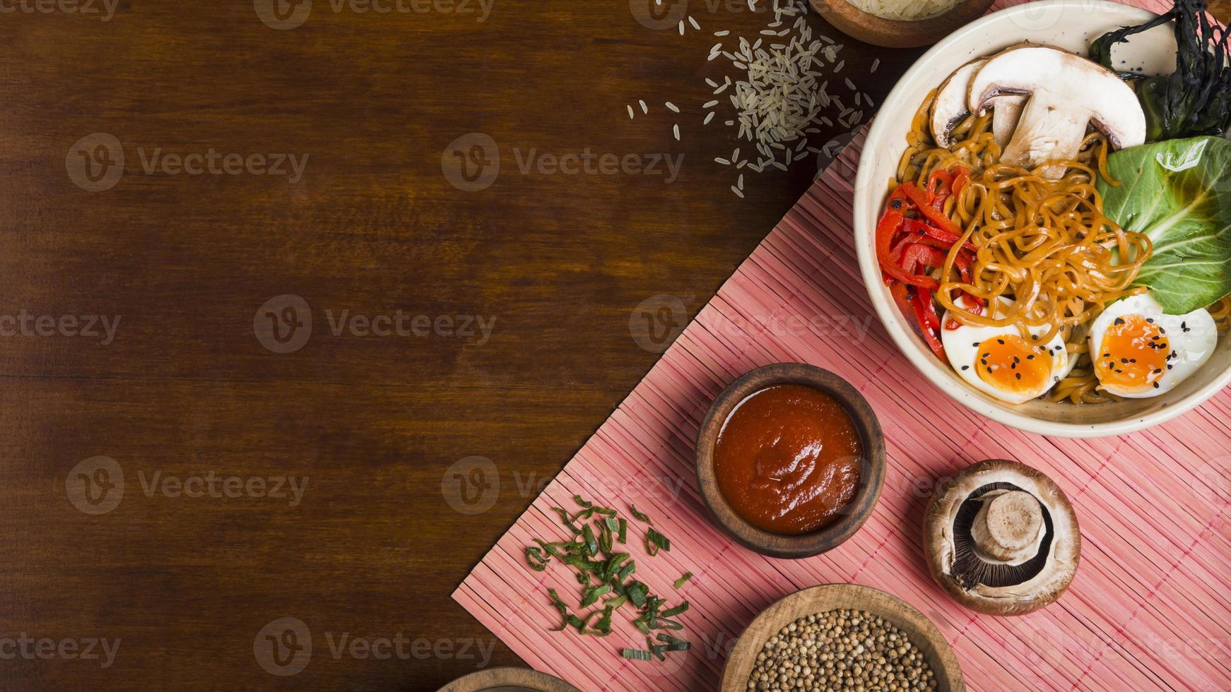 ramen noedels, Aziatische stijl met sauzen op houten tafel foto