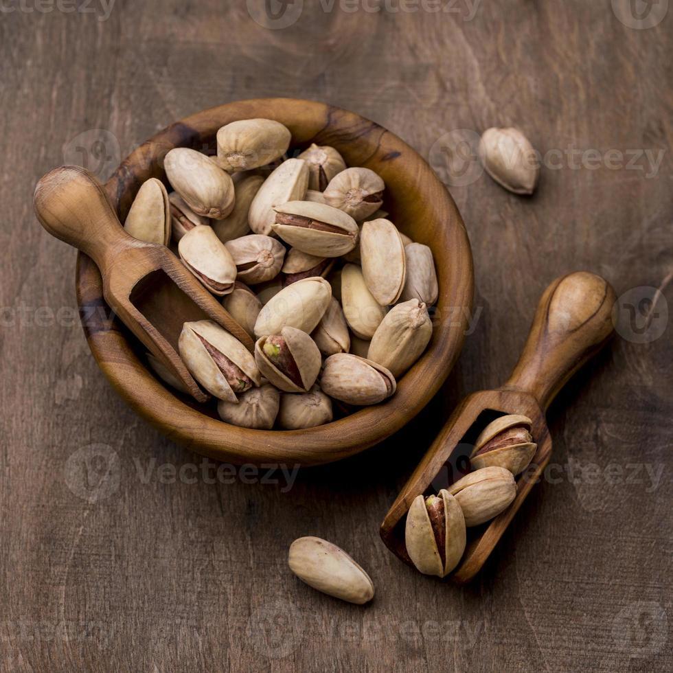 geroosterde pistachenoten in houten kommen foto