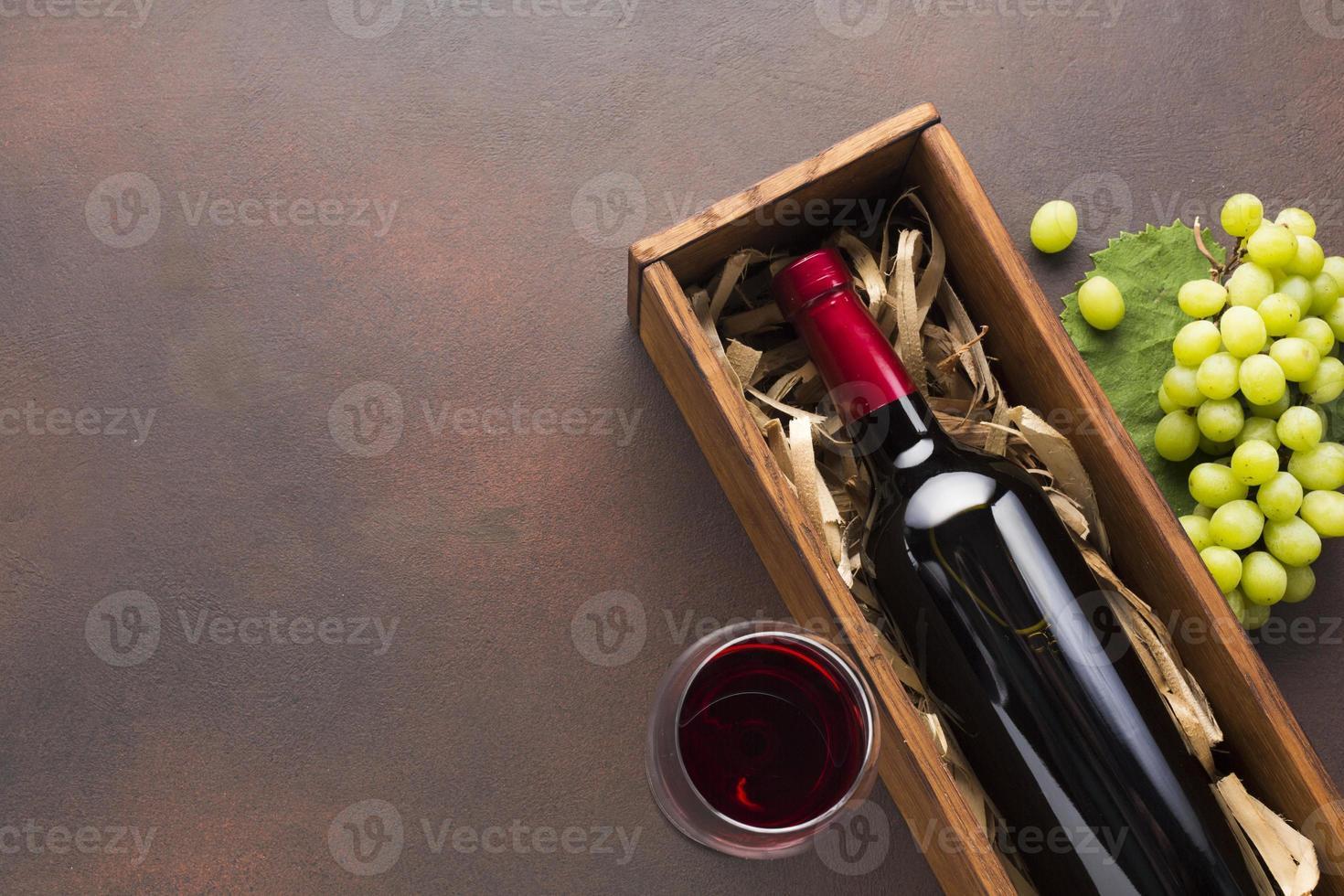 rode wijnkist met witte druiven foto