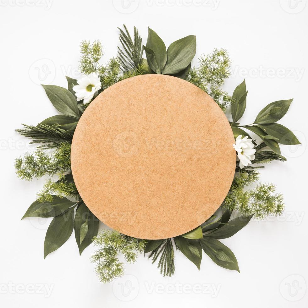 rond papier over groene plantentakken foto