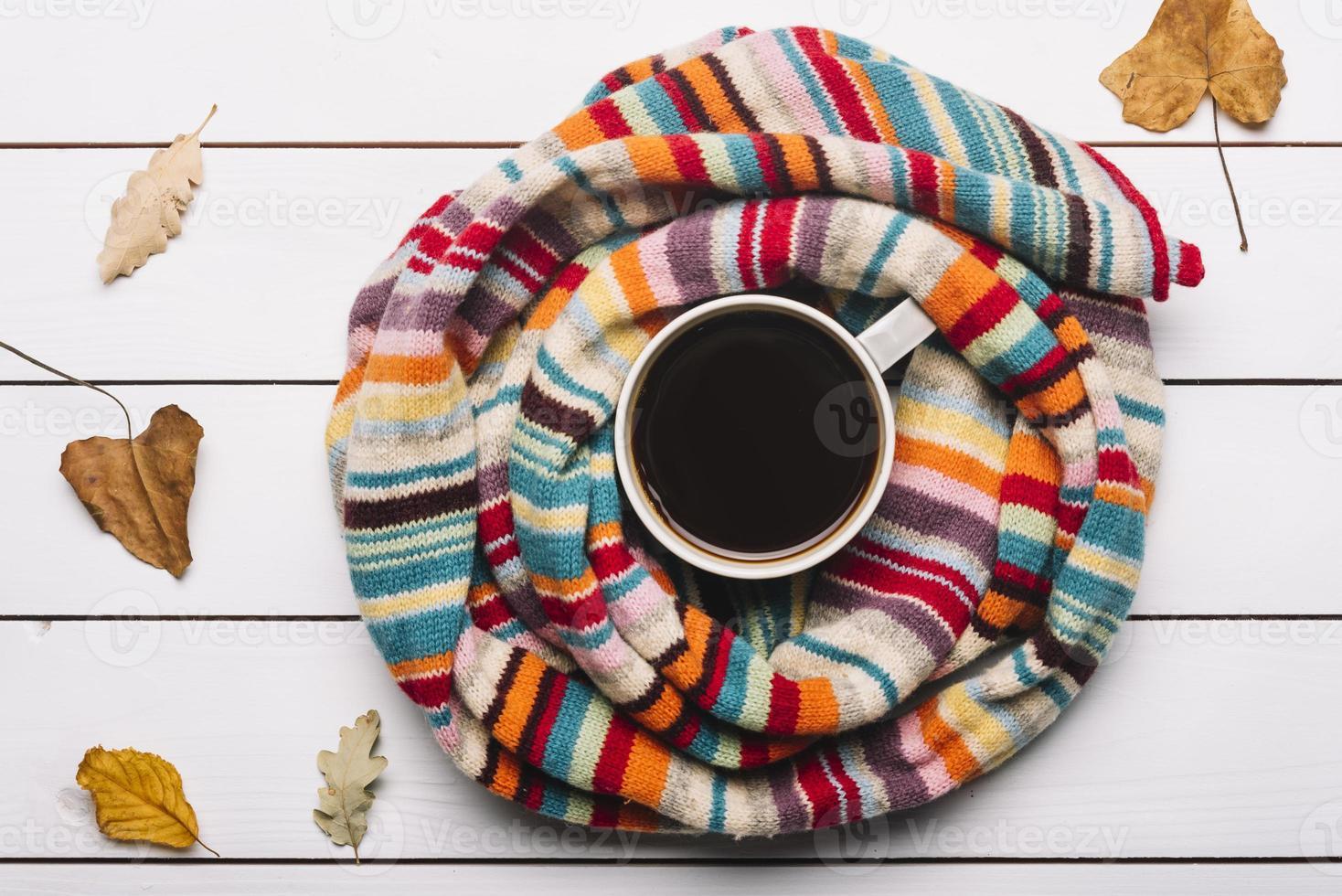 sjaal met herfstbladeren rondslingerende koffie foto