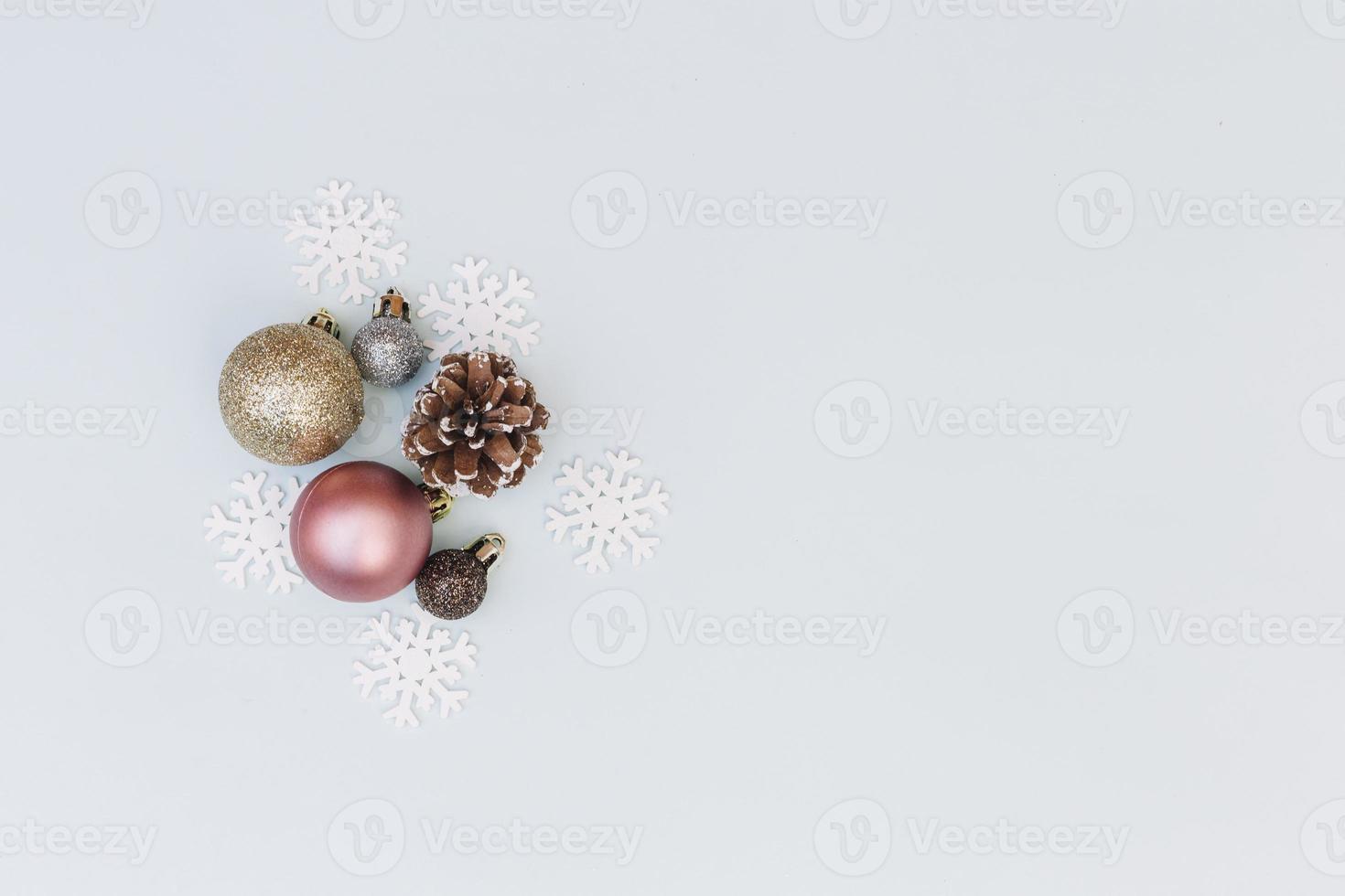glanzende kerstballen met sneeuwvlokken foto