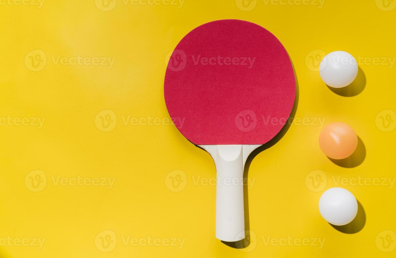 set tafeltennis racketballen op gele achtergrond foto