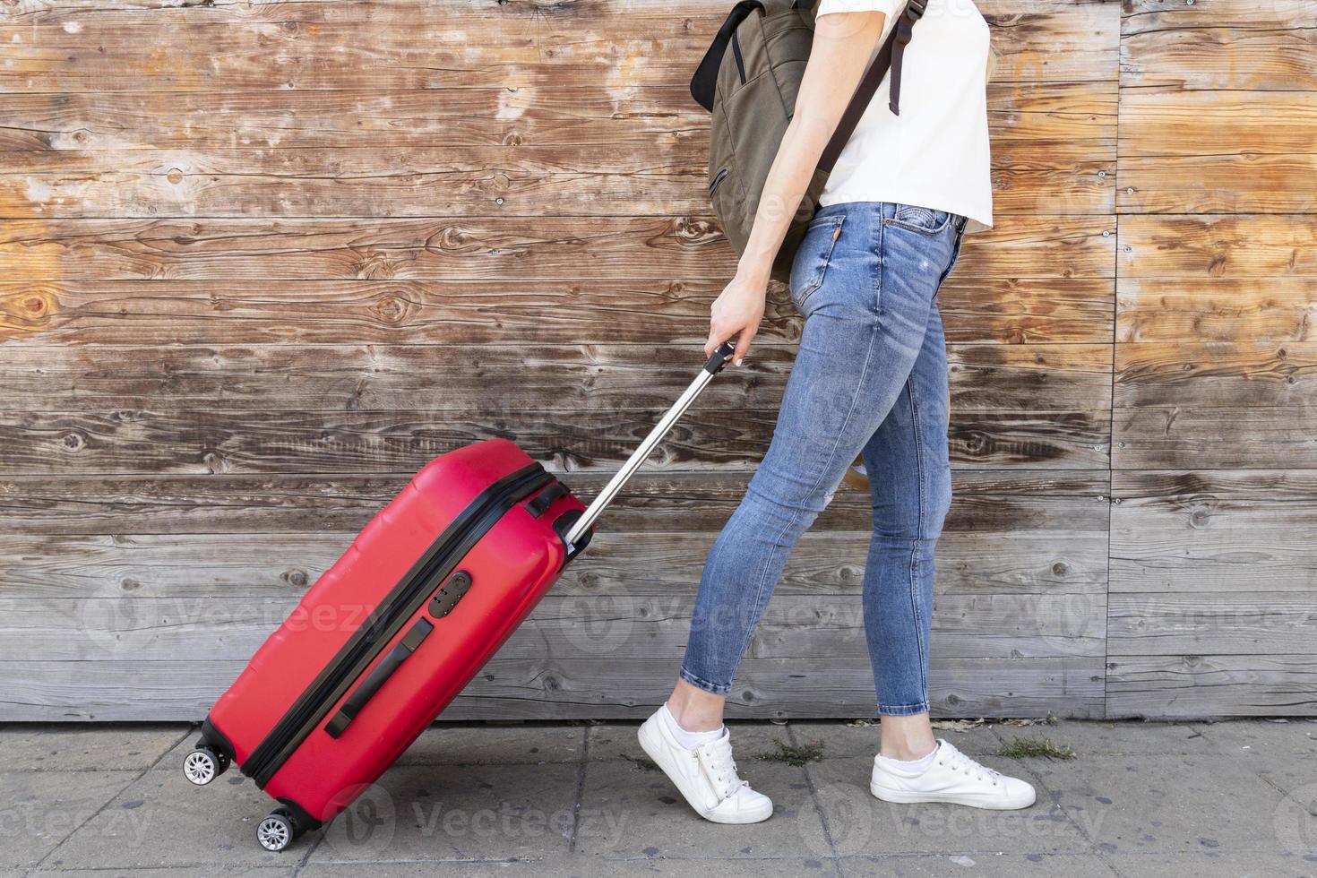 zijaanzicht van de vrouw met haar bagage foto