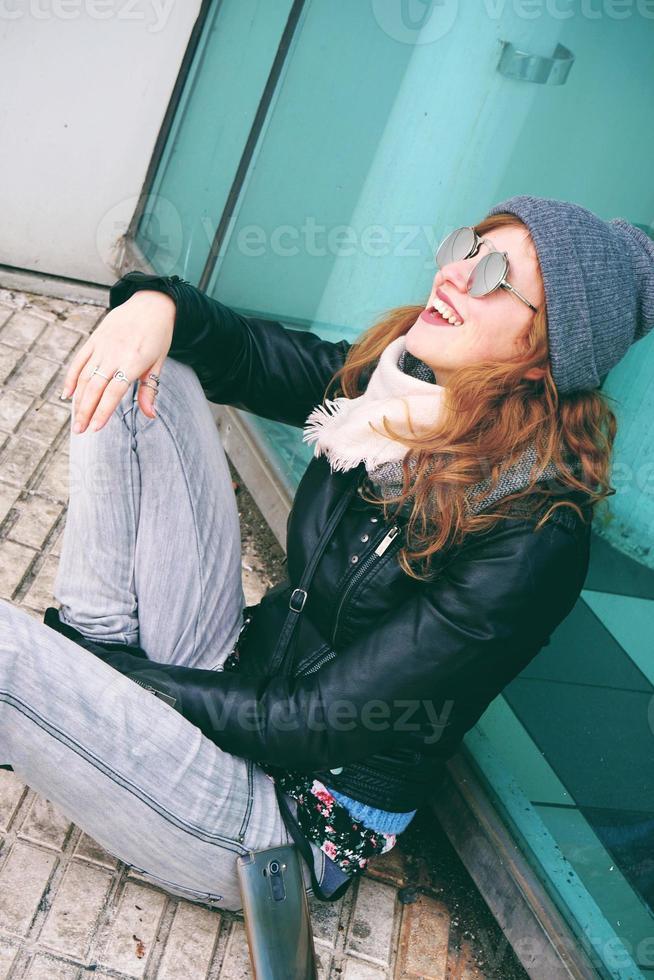 coole jonge vrouw die van de dag in de buitenlucht geniet foto
