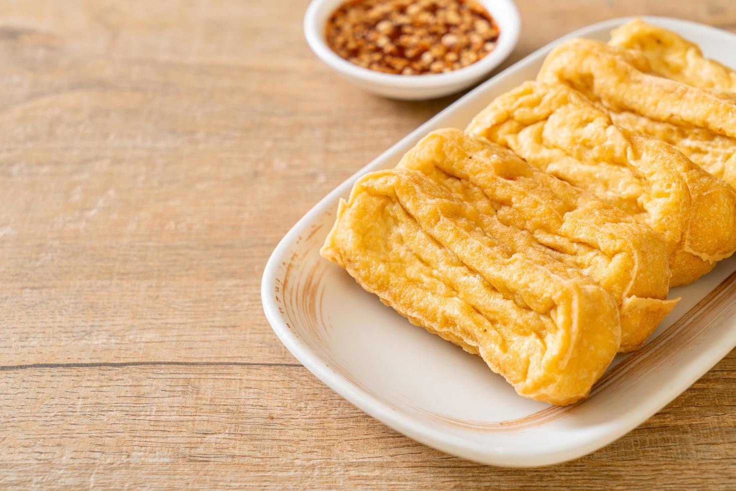 gefrituurde tofu met saus - veganistische en vegetarische eetstijl foto